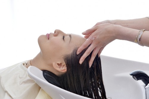 髪を洗ってもらう女性