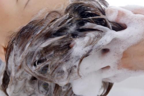 指の腹で頭皮を優しく洗う