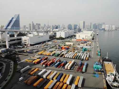 輸入品が集まる港