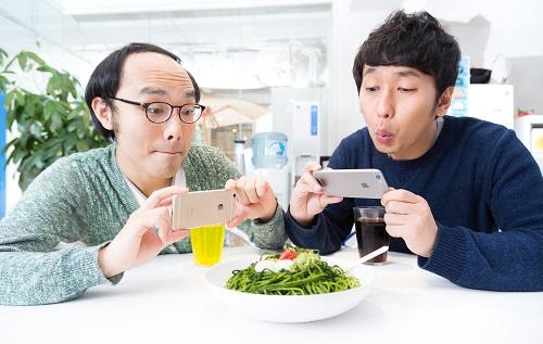 薄毛男性が食事をパシャリ