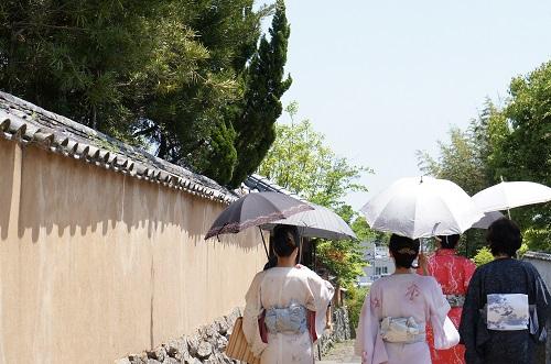 和装の女性と日傘
