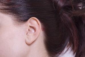 女性の耳元