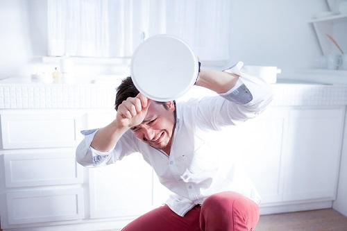 紫外線から頭を守る男性