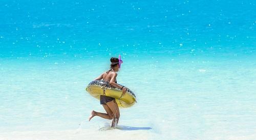 海に駆け込む女性