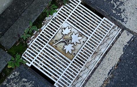 嵐山の街で発見した排水溝の蓋