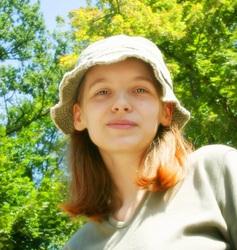 女性の爽やかな帽子姿
