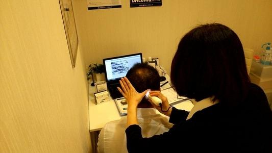 AGAスキンクリニック 名駅錦通院 カウンセリング風景 マイクロスコープで頭皮の状態をチェック